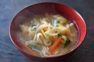 いちばん丁寧な和食レシピサイト、白ごはん.comの『切り干し大根の味噌汁の作り方』を紹介するレシピページです。煮物のイメージの強い切り干し大根も、実はみそ汁の具にぴったり!しかも戻し汁をだしとして使うことができます。詳しい写真付きですので、ぜひ切干大根の味噌汁をお試しください。