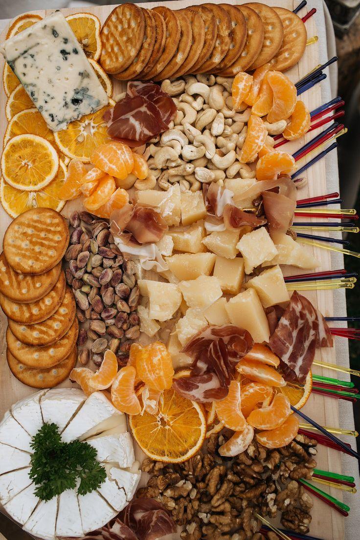 Сырный Candy-bar в стиле рустик: оформление сладкого стола на свадьбе. Кешью, мандарины, пармская ветчина, каламбер, пармезан, крекер