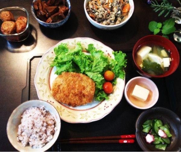 夕ご飯:豆腐とワカメのお味噌汁、鰹の角煮、牛肉こんにゃくヒジキ人参の煮物の玉子とじ、レタス+トマト、コロッケ(デパ地下お惣菜)、雑穀米など。