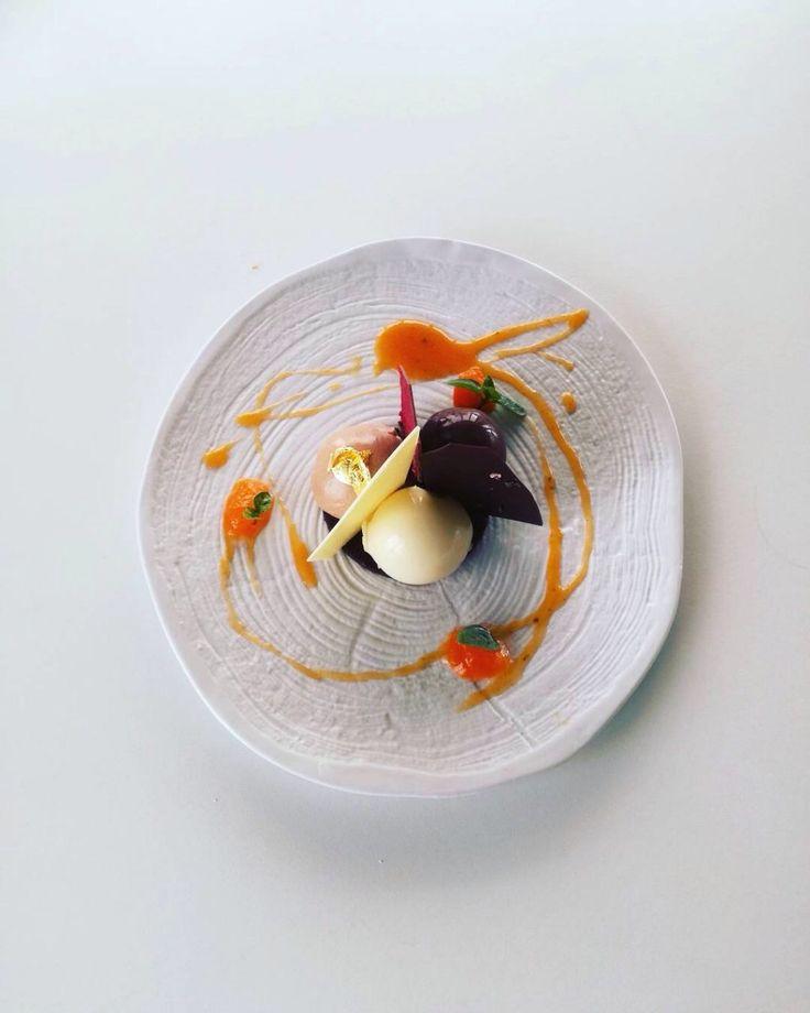 Σοκλάτα 3 Κρέμα λευκής σοκολάτας ivoire αρωματισμένη με μαστίχα Χίου Γκανάζ μοντέ απο σοκολάτα γάλακτος jivara Σορμπέ σοκολάτας guanaja Τραγανό μπισκότο κακάο Σάλτσα βερύκοκο με βασιλικό