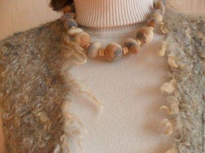 Купить или заказать Жилетка 'Туман над пустыней ' в интернет-магазине на Ярмарке Мастеров. Теплая валяная жилетка для осени-зимы-весны. Изнаночная сторона выполнена из шерсти мериноса темно-песочного цвета, лицевая сторона - мягкие кудри серо-бежевой овечки. Имеет интересную фактуру. В комплект к жилету изготовлены бусы 'Пустыня' в серо-бежево-белом цвете, которые очень гармонируют с жилетом. При желании можно сделать застежку.