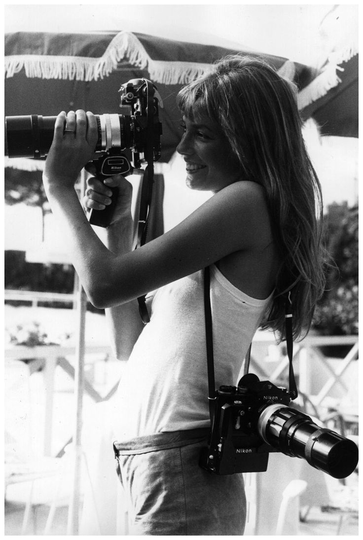 Jane Birkin takes up photography at Cannes. (1975). (Photo by Keystone/Getty Images) #camera #photographer #womenwithcamera