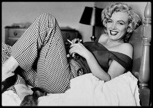 """1952 / (Photos Jock CARROLL) Marilyn lors du tournage du film """"Niagara"""" / Le rendez-vous était pris à dix heures du matin: Marilyn ne se sentait pas bien et rappela Jock à midi. Dans la chambre d'hôtel de Marilyn, Jock notifia quelques affaires: une pendule, quelques vêtements, beaucoup de livres et une photo de Joe. Ils discutèrent de sujets variés: de relaxation (la technique de Marilyn était de courir dans la chambre), de psychanalyse (FREUD), de son enfance (où elle lui raconta que des…"""