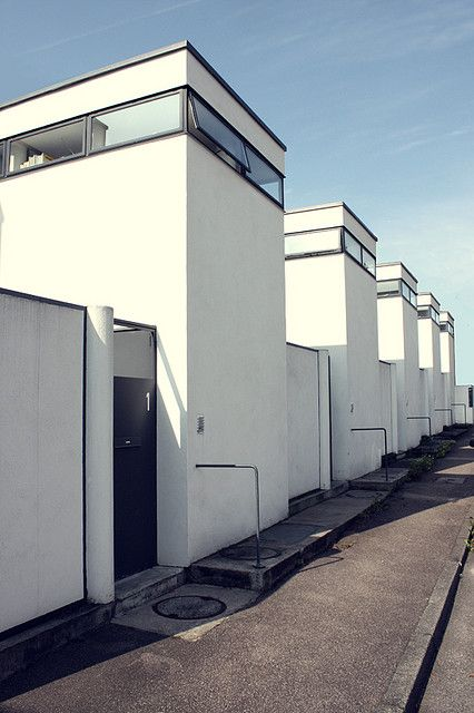 Kennen Sie den maurischen Baustil oder gar den Brutalismus? Wissen Sie in welchem Stil der Kölner Dom gebaut wurde? Testen Sie Ihr Wissen über die Epochen der Architektur - Weissenhof Row Houses, J.J.P. Oud, Stuttgart -1930s