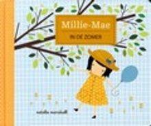 Millie-Mae in de zomer. De bomen bij het huis van Millie-Mae hebben heldergroene bladeren. Millie-Mae geniet van de zomer en valt na haar bezoek aan het strand heerlijk in slaap. Oblong hardkartonnen prentenboek met kleurrijke gestileerde illustraties met glitter- en voelelementen. Vanaf ca. 2 jaar.