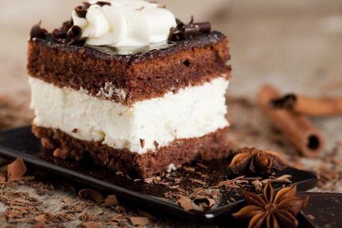 """750g vous propose la recette """"Carrés de biscuit au chocolat et épices façon Forêt-Noire"""" notée 4/5 par 275 votants."""