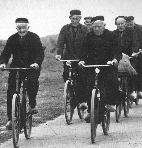 vlnr Pieter de Kam (Piertje Snoek), Huibrecht Huibregsen (Ube van Dôône Bôôs), Noach Verhulst (Noote van Lou van Bette), Adriaan Willeboordse (Kadaai), Daniël Minderhoud (Daan Bruin), Daniël Gabriëlse (Dôône van Fôônes); ca.1965