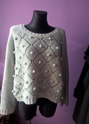 Miętowy oversizowy sweter ażurowy z pomponami monki