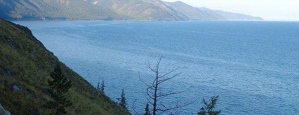 Al fondo, del lago más profundo del mundo