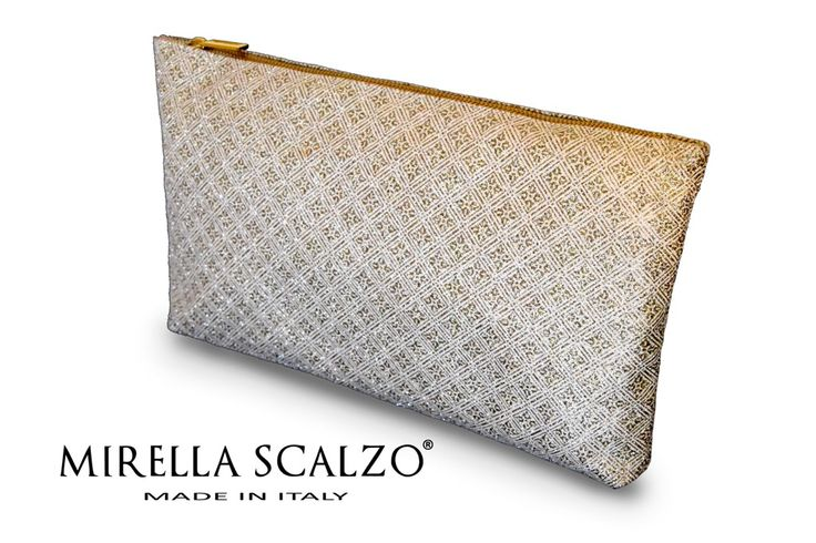 Busta a mano in tessuto glitterato. Fodera in cotone. L40 cm x A23 cm x P2 cm. - Available on modainlinea.com