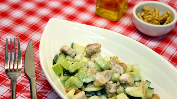 Ensalada de Pollo a la Kéfir: Ingredientes: - 1 Manzana verde - 1/2 Pepino - 2 ramas de apio - 500 grs. pechuga de pollo asada. - Nueces - Aceite de oliva - Kéfir, cantidad a gusto  Preparación: 1.Picar los ingredientes- 2.Revolver y servir.