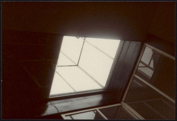 Afbeelding van Rietveld Schröderhuis - interieur boven - daklicht naar boven gezien, 1978