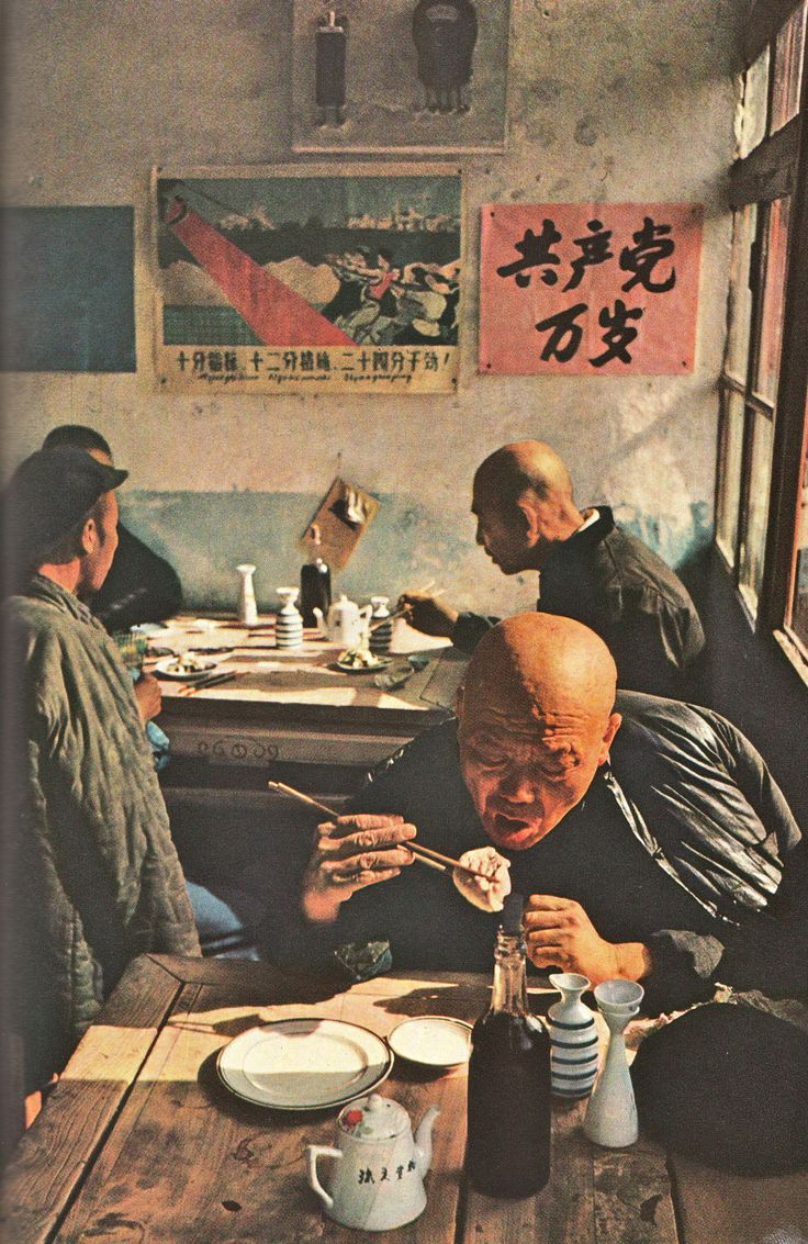 National Geographic, août 1960 : Pékin, photo Brian Brake, agence Magnum, intérieur de café chinois