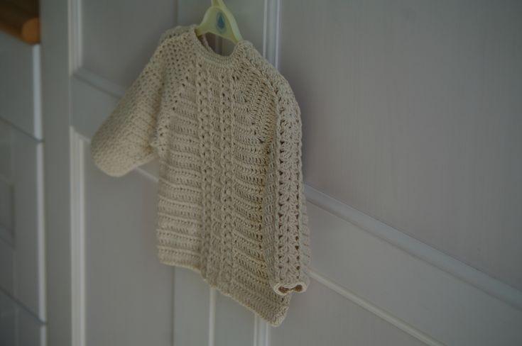Gilet au crochet pour petit bébé, modèle en coton au point éventail.
