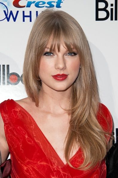 this pic of taylor swift is so gorgeous. i'm marveling at how ashy her hair looks... a lot like my natural color.