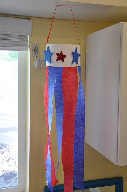 Make a patriotic windsock! Easy and cheap... Yarn/Ribbon, Star stickers or even…
