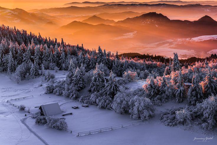 Gorce w pierwszych promieniach słońca. Zdjęcie wykonane przez Jeremiasz Gądek