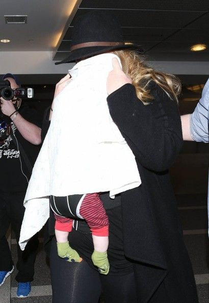Adele Photos Photos - Superstar singer Adele, her boyfriend Simon Konecki and their son Angelo departing on a flight at LAX airport in Los Angeles, California on March 2, 2013. Adele kept her and her son's face covered as she made her way through the airport. - Shy Adele And Family Departing On A Flight At LAX