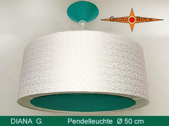 Loungeleuchte DIANA G. D. 50 cm, mit Lichtrand und Baldachin besticht durch Farbe und matten Glanz des Satin und mit Jacquardmuster. Der Kontrast zwischen petrolgrüner und weisser Seide und der Lichtrand setzen besondere Akzente