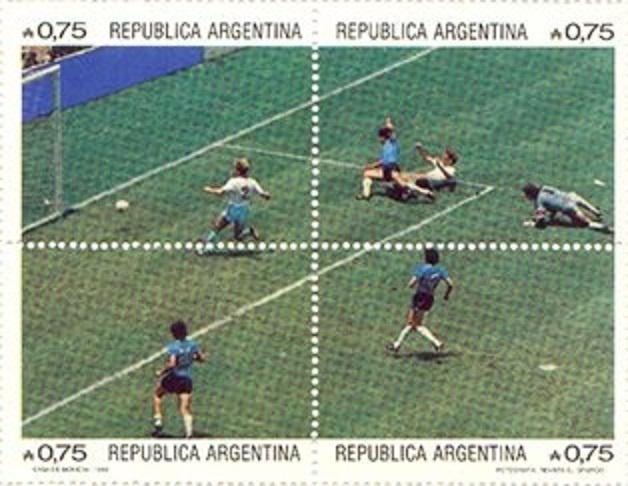 """El servicio de correos de Argentina dedicó en 1986 una hoja bloque de 4 sellos al denominado """"El gol del siglo"""". Esta denominación fue decidida por una encuesta de FIFA en el año 2002.  Fue marcado por Maradona en los cuartos de final del Mundial de México 1986, en un partido que enfrentaba a Inglaterra y Argentina el 22 de junio de 1986 en el Estadio Azteca de la ciudad de México ante 115.000 espectadores que llenaban las gradas."""