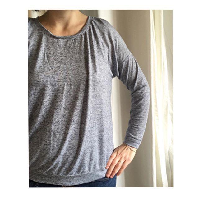 Pour ce haut, je suis partie du patron du #hemlocktee de @grainlinestudio auquel j'ai rajouté, avec l'aide de ma prof de couture, des petits plis aux épaules (vu sur Pinterest), des poignets et une bande en bas (elle a un nom cette bande?). Le tout dans un jersey qui brille (merci la lumière du jour) de @chezannette #salutlesbobineshemlocktee,salutlesbobineskriss_cat_knits