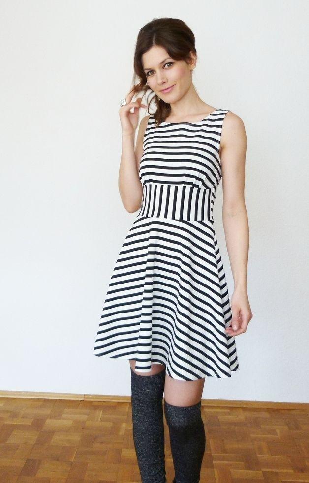 Gestreiftes Minikleid in Schwarz-Wweiß für den Sommer, lässiges Skater-Kleid / striped mini dress for summer, casual skater dress made by Visual-Vampire via DaWanda.com