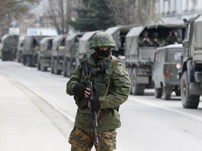 Militares armados esperan en vehículos de la armada rusa en un puesto fronterizo de Crimea, al este de Ucrania. REUTERS