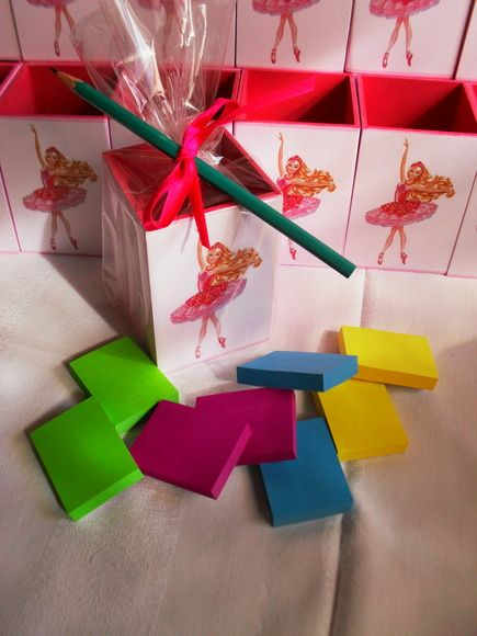 Porta lápis em madeira MDF tema Barbie Sapatilhas Mágicas para lembrancinhas de aniversário.Forneço o saquinho de celofane, a fita cetim e o cartãozinho    Ótima opção, pois além de decorar a mesa de sua festa, é uma peça de utilidade para seus convidados.  O tema pode ser trocado, conforme o escolhido para a festa.  A foto da caixa embalada é APENAS UMA SUGESTÃO, (ela está recheada de balas e chicletes e decorada com lápis amarrados por fita de cetim) mas é uma opção a combinar.  Caso você…