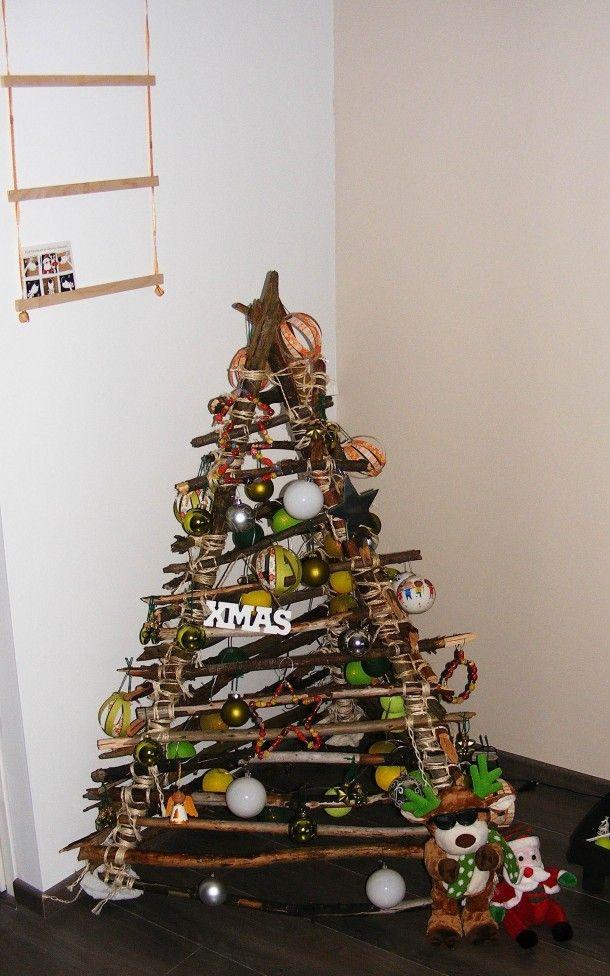 kerst | Kerstboom gemaakt van takken uit het bos. Door suussel