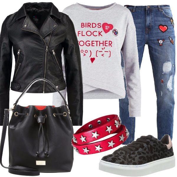 Look casual e fresco, adatto a chi ama sempre sentirsi comoda, con stile urban. Jeans baggy, lunghezza alla caviglia, vestibilità della gamba stretta, li ho abbinati ad una deliziosa felpa con stampa e scollo tondo e ad un giubbotto in fintapelle, stile biker, con zip laterale e collo a bavero. Sneakers in tessuto, maculate, borsa nera con interni color rosso, modello a secchiello con tracolla e per finire, un bracciale rigido in pelle con stelle applicate.