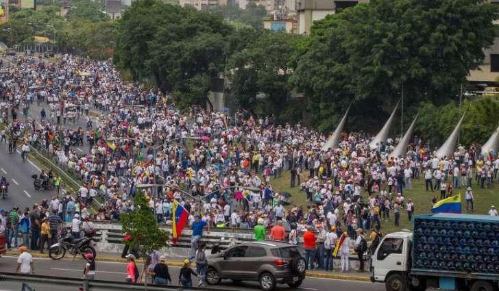 <p>La Policía Nacional Bolivariana venezolana permitió hoy el paso de una marcha opositora por el oeste de Caracas que pretende llegar a la sede de la Conferencia Episcopal para honrar a las víctimas muertas de las protestas antigubernamentales de las últimas tres semanas.</p>