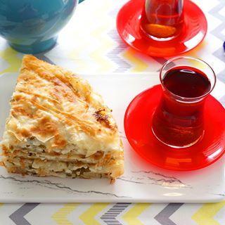Günaydın☀️☀️☀️ Dünkü doğum günü kutlamasının en suçlusu tava böreği🙈 Ama yapımı çok kolay👍🏻 Belki kahvaltıya yapmak istersiniz☺️ Tarifi hemen profilimdeki linkte ve @tarif_kupu uygulamasında👍🏻 #kevserinmutfagi #kahvaltı #börek