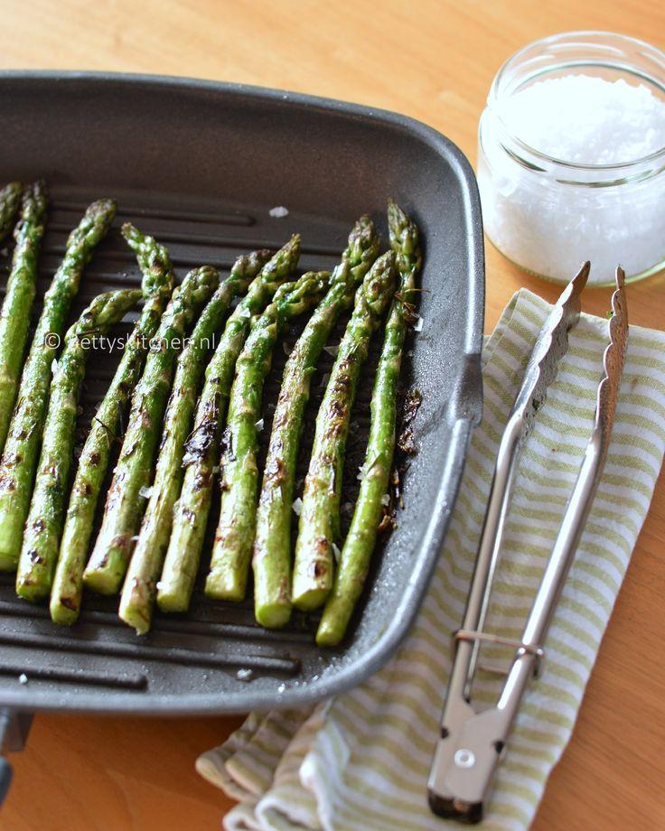 Kun je geen genoegen krijgen van asperges? Maak dan eens deze gegrilde groene asperges. Een lekker en makkelijk bijgerecht voor bij kip, vlees, vis etc.