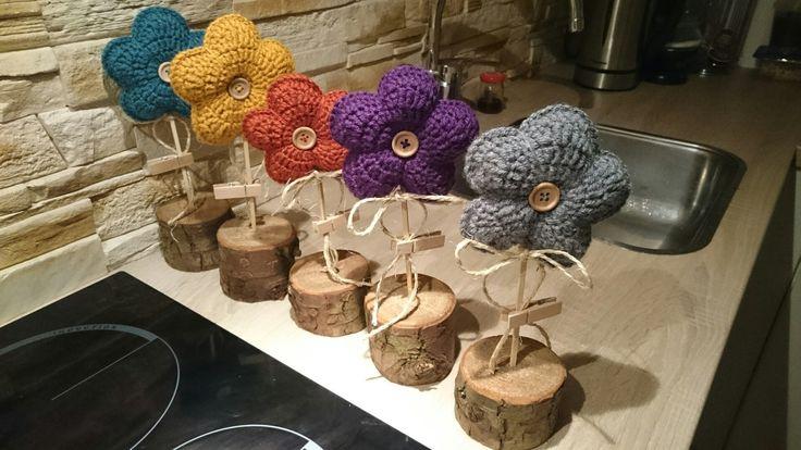 Gratis patroon gehaakte bloemen op stok.  https://m.facebook.com/story.php?story_fbid=999887440137566&id=485732028219779
