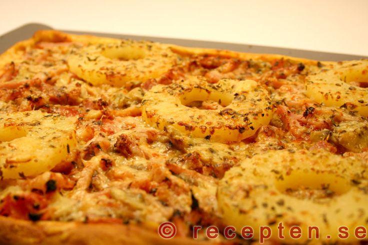 Pizza med pizzadeg på bakpulver - Recept på pizza med bakpulverdeg som går snabbt att göra! Mycket god med förslag på fyllning med champinjoner, bacon och ananas.