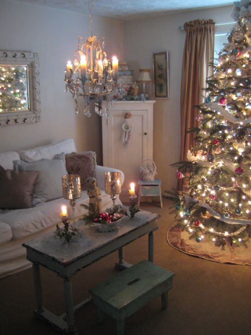 Wish my home looked like this! Shabby, vintage Christmas; love the peaceful feeling to this picture.