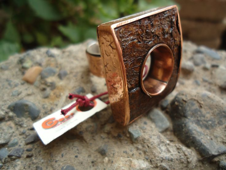 Anillo de cobre con corteza de pino engastada