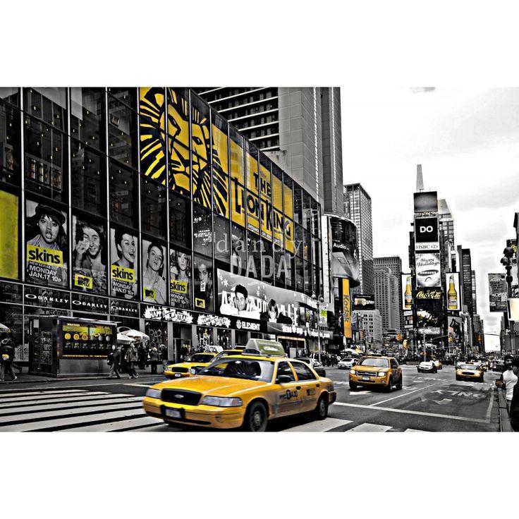 """Yellow is the light di Piergiorgio Pirrone L'opera appartiene alla collezione """"New York"""". In """"Yellow is the light"""" il fotografo Piergiorgio Pirrone conferisce con un semplice dettaglio movimento all'immagine. L'artista mantiene lo scatto sui toni del grigio, fatta eccezione per alcuni oggetti dipinti di giallo, che producono movimento e profondità all'immagine.  New York, 2013"""