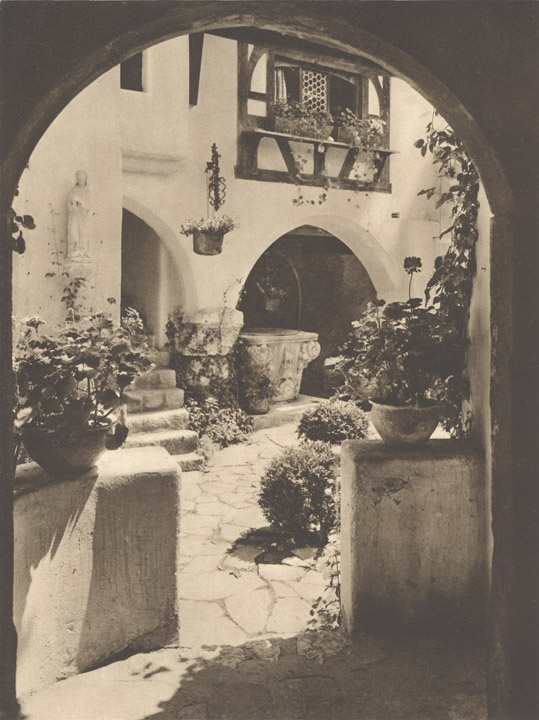 În curtea Castelului Bran, Kurt Hielscher,1938 / Bran Castle, Romania
