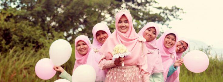 Bagi kamu calon pengantin muslimah, trust me..kamu akan tetap menawan dengan hijab yang terjulur di dadamu. Kali ini saya mencoba menyajikan beberapa model hijab menutup dada yang bisa jadi inspira…