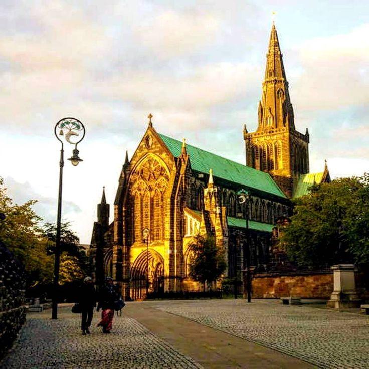 Glasgow è una città dall'aspetto moderno. Però, quando meno te lo aspetti, camminando per le sue vie ti trovi davanti uno splendido monumento risalente al XII secolo. E' la Cattedrale di San Mungo, l'unica di origine medioevale sopravvissuta alla Riforma Protestante. La guglia scura e il tetto verde svettano sulla città, mentre il complesso di architettura gotica fa rimanere a bocca aperta per la sua bellezza �� Ah, vi sveliamo un segreto: attorno alla tomba si trova uno splendido cimitero…