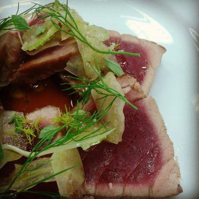 Tataki de atun aleta amarilla ensaladilla de hinojo y celeri y vinagreta de tomate balsamico y semillas de albahaca // tataki tuna fennel and celeri salad and tomatoe balsamic and basil seed dressing. #tuna #yellowfin #tataki #micuit #TheArtOfPlating #truecooks #cooklikeachef #cook #kitchenlife #food #foodie #araguaney #freshfish by eliseo_dub_martinez