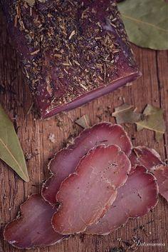 Delimamma: Suszony schab w ziołach.. 2 tygodnie potrzebuje: 5 dni marynowania, 7 dni suszenia w podkolanówce w ciepłym miejscu, 3 dni w lodówce.