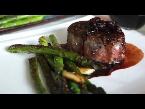 Receta de filetes de res bañados en una salsa reducción de vino tinto y vinagre balsámico. Encuentra esta receta en: http://allrecipes.com.mx/receta/9347/fil...
