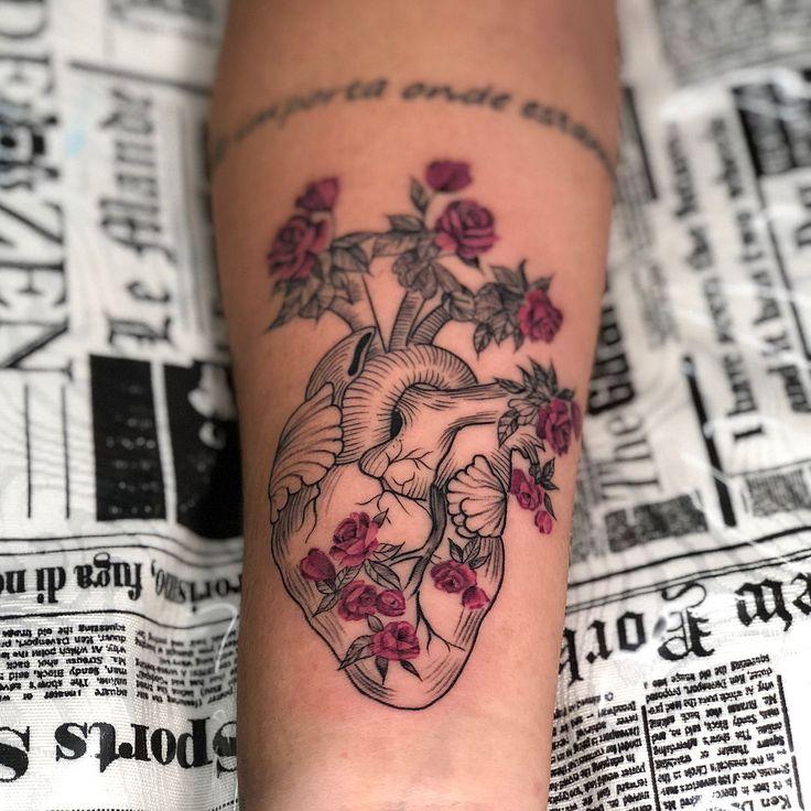 Tatuagem criada pela tatuadora Mallu Ka Tattoo de Salvador, Bahia. Coração delicado com flores coloridas saindo de cada artéria.