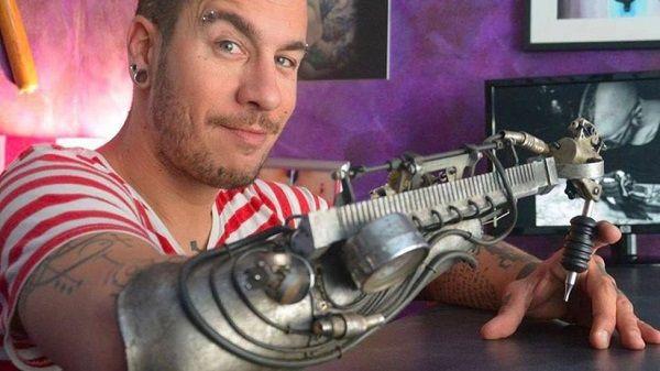 Crean prótesis de brazo para hacer tatuajes