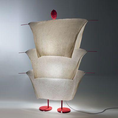 Stehleuchte The MaMo Nouchies LED / Walking In The Rain, Beige von Ingo Maurer finden Sie bei Made In Design, Ihrem Online Shop für Designermöbel, Leuchten und Dekoration.