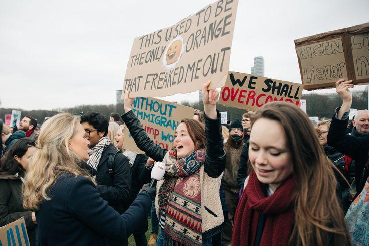 Foto's van de protestborden bij de demo tegen Trump in Den Haag - Vice