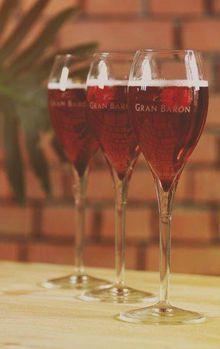8 lekkere cocktails met cava CAVA FRAMBUESA    Ingrediënten:  • Crème de Framboise  • 1 fles Gran Barón Brut  Bereidingswijze:  1. Doe een scheutje van de Crème de Framboise in een glas  2. Vul aan met gekoelde cava