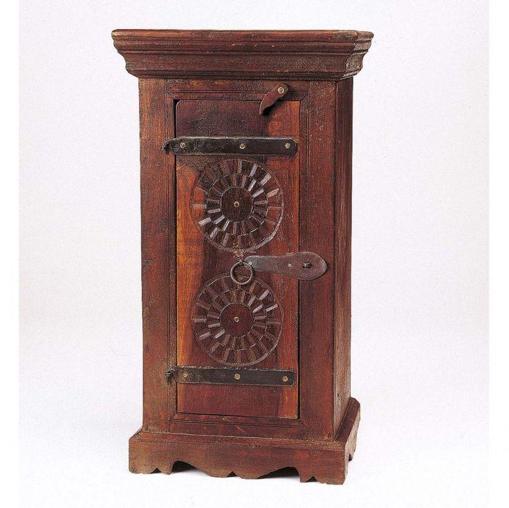Für diese neuen, manuell gefertigten Möbelstück wird Mangoholz oder Sheesham verwendet. Sheesham ist ein Edelholz und gehört zur Familie der Palisander. Es ist von seiner Tönung leicht rötlich und von seiner Härte am ehesten mit Nussbaumholz zu vergleichen. [89,00€]